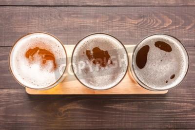 Fototapeta Sortiment pivních sklenic na dřevěném podkladu. Pohled shora.
