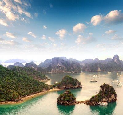 Fototapeta Souostroví z mnoha ostrovů v Halong Bay ve Vietnamu
