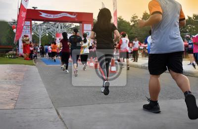Fototapeta Spousta lidí běží v ChiangMai Marathon v Royal Park. Běžící běžci dorazí do cílové polohy., Sluneční svit,