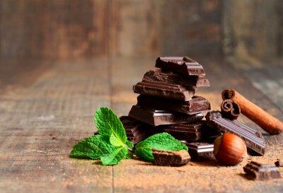 Fototapeta Stack čokoládové řezy s lístkem máty, lískových oříšků a skořicí.