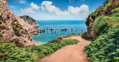 Fototapeta Stará silnice na pláži Agia Eleni. Barevné ráno přímořská krajina Středozemního moře. Jasné venkovní scény na Cephalonia ostrov, Řecko, Evropa. Cestování na Jónských ostrovech.