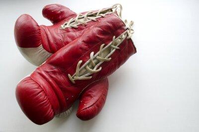 Fototapeta staré červené a bílé boxerské rukavice na světlém pozadí
