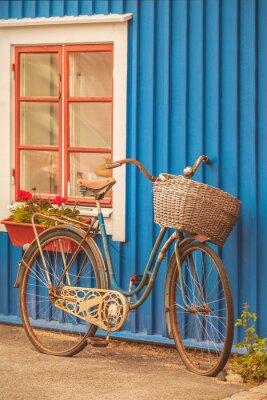 Fototapeta Staré rezavé dáma kolo v přední části švédské domu
