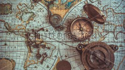 Fototapeta Starožitné pirátské sbírky vzácných předmětů včetně kompasu, retro vintage kostra klíč otevíracík lahví, mosazné kapsy kompas s víkem víka, bronzové mince na mapě starověkého světa. (prastarý styl)