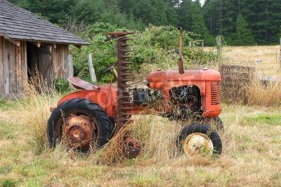 Fototapeta Starý červený traktor na farmě