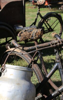 Fototapeta starý hliníkový mléko kanystrů používají zemědělci