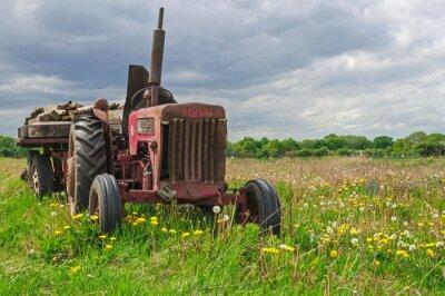 Fototapeta Starý opuštěný červený traktor na farmě v poli