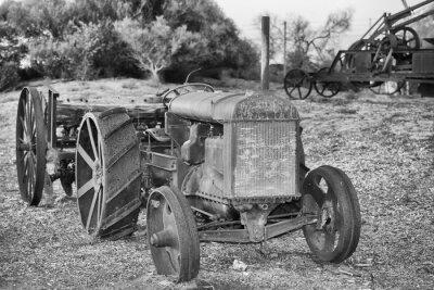 Fototapeta Starý zrezivělý Antique detail traktor v černé a bílé