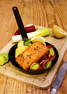 Fototapeta Steak z lososa smažený v pánvi.