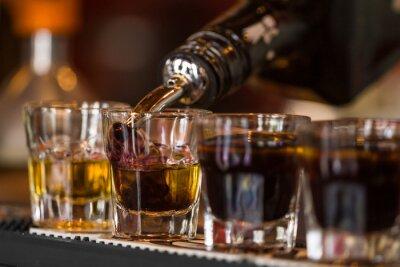 Fototapeta Střely s whisky a liqquor v koktejlovém baru