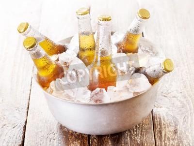 Fototapeta studené láhve piva v kbelíku s ledem na dřevěném stole