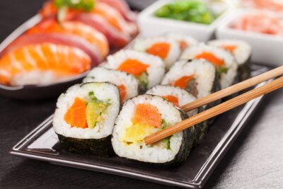 Fototapeta sushi kousky s hůlkami