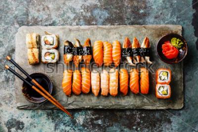 Fototapeta Sushi set obsluil na bílé šedé kamene na kovovém pozadí