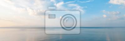 Fototapeta Světlé krásné přímořské krajiny, písečná pláž, mraky odrážející se ve vodě, přírodní minimalistické pozadí a textury, panoramatický pohled banner
