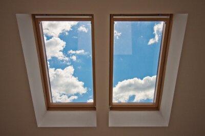 Fototapeta Světlíky. Pohled z okna. Pohled na oblohu z okna. Okno na střeše. Sluneční světlo v podkroví. Světlo v domě