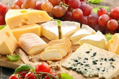 Fototapeta Sýrové prkénko - různé druhy sýrů složení