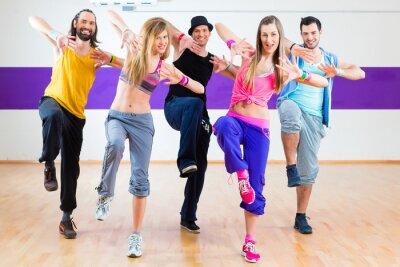 Fototapeta Tanečnice na Zumba fitness tréninku v tanečním studiu