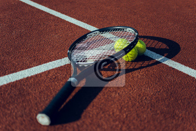 39cbeb97934 Fototapeta Tenisová raketa a míčky. Tenisové rakety a tenisové míče na tenisovém  kurtu
