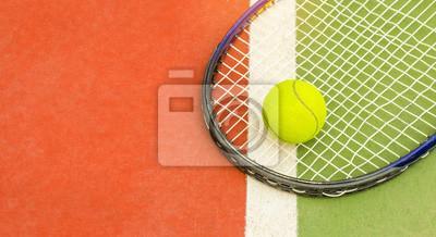 054b2bcbe9d Fototapeta Tenisový míč s raketou na antukovém tenisovém kurtu