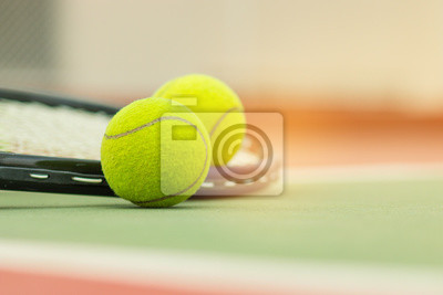 d432a51934e Tenisový míč s raketou na raketě v tenisovém kurtu fototapeta ...