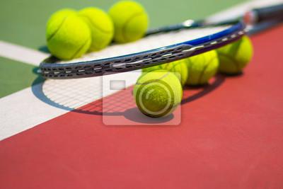 a67f3ce0d32 Tenisový míček raketou na antukový tenisový kurt fototapeta ...