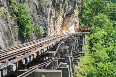 Fototapeta Thai Vlak na mostu přes řeku Kwai Kanchanaburi, Thajsko