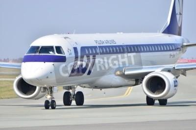 Fototapeta To je pohled na Embraer ERJ 170 PLL LOT registrován jako SP-LNA na varšavské letiště Chopin. 11. dubna 2015. Varšava, Polsko.