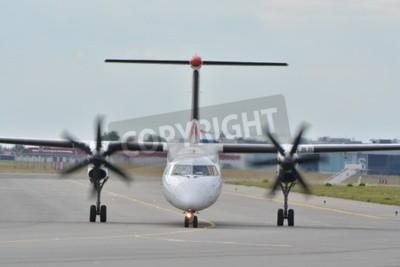 Fototapeta To je pohled na Eurolot roviny Bombardier Dash 8 Q400-registrována jako SP-EQC na Chopinova letiště ve Varšavě. 30. července 2015. Varšava, Polsko.
