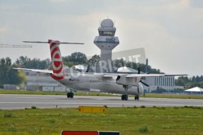 Fototapeta To je pohled na Eurolot roviny Bombardier Dash 8 Q400 se přihlásili, SP-EQG na Chopinova letiště ve Varšavě. 30. července 2015. Varšava, Polsko.
