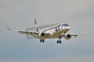Fototapeta To je pohled na LOT Polish Airlines Embraer ERJ 195 letadlo registrované jako SP-LNA na varšavského letiště Frédérica Chopina. 16.září 2015.