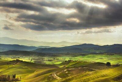 Fototapeta Toskánsko jaro, kopce na západ slunce. Venkovské krajiny. Zelená