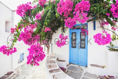 Fototapeta Tradiční řecký dům s květinami v ostrově Paros, Řecko