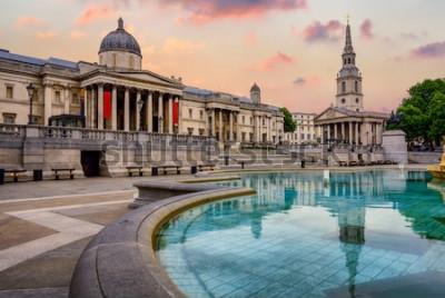 Fototapeta Trafalgarské náměstí v Londýně, Anglie, s Národní galerií a kostelem St. Marting on the Fields v dramatickém světle