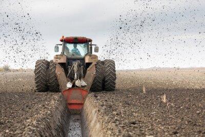 Fototapeta Traktor s dvojitým kolový DITCHER kopání odvodňovacího kanálu