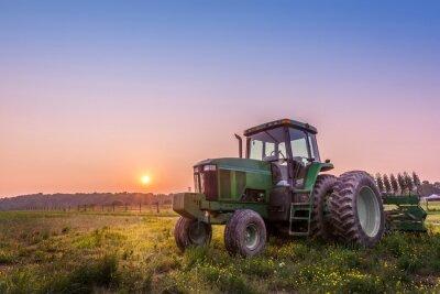 Fototapeta Traktor v poli na farmě Maryland při západu slunce