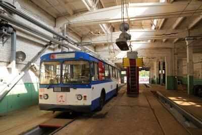 Fototapeta Trolejbus stojí v trolejbusové vozovně