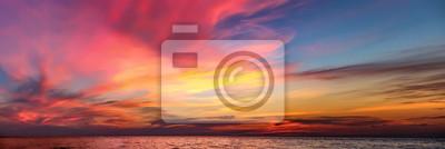 Fototapeta Tropical barevné dramatické slunce s zatažené obloze. Večerní klid na Thajského zálivu. Bright dosvit.