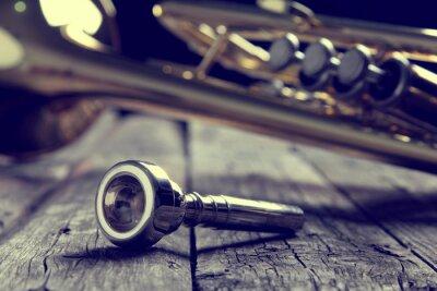 Fototapeta Trumpet náustek na starém dřevěném stole. Vintage styl.