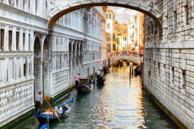 Fototapeta Turisté v gondoly plující pod most vzdechů v Benátkách