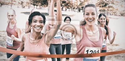 Fototapeta Účastníci karcinomu prsu překročení cílové čáry na závodě
