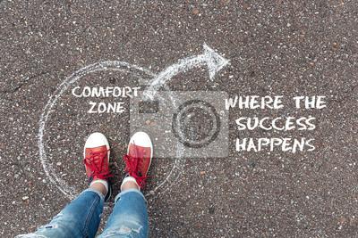 Fototapeta Ukončete koncept zóny komfortu. Nohy stojící uvnitř kruhové komfortní zóny a směrem ven šalvějí na asfaltu.