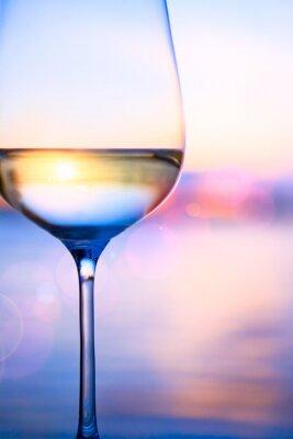 Umění bílé víno na letní pozadí moře