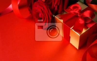 umění Valentines Day zlatá dárková krabička a červená růže na červeném backgr