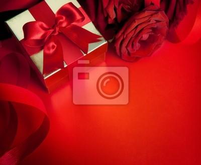 umění valentinky karta s červenou růží a dárkové krabici na červeném poza