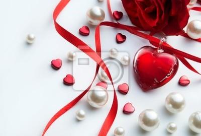 umění valentýnský blahopřání s červenou růží lístky a šperky