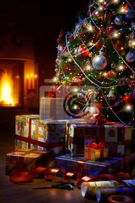 Umění vánoční strom a vánoční dárkové krabičky v interiéru s