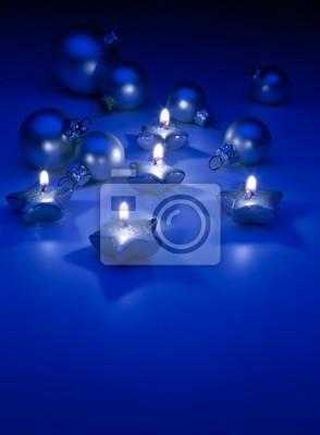 Umění Vánoční svíčky a ozdoby na modrém pozadí