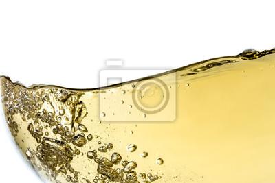 Fototapeta Úvodní bílé víno ve skle s bublinkami detailní makro textury izolovaných na vrcholu na bílém pozadí. Vlna bílého vína s krásným šumem.