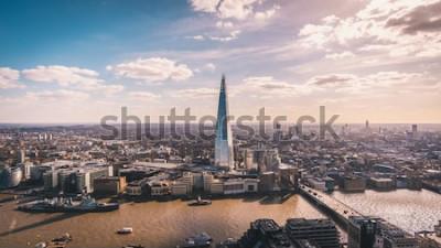 Fototapeta Úžasný panoramatický výhled na řeku Temži, Shard, panorama Londýna a panoráma města z mrakodrapu. Letecká fotografie nad velkým městem.