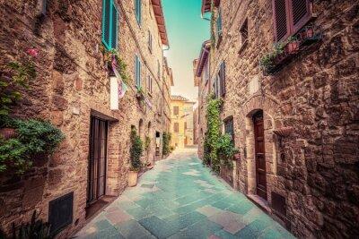 Fototapeta Úzká ulice ve starém italském městě Pienza. Tuscany, Italy. Vinobraní
